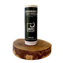 fundo branco com desodorante natural ao centro apoiado em uma madeira arredondada. o produto possui embalagem branca de papel com rótulo de papel verde escrito desodorante lavanda e melaleuca. usar delicadamente e sem excesso. sem aluminio. peso liquido 5